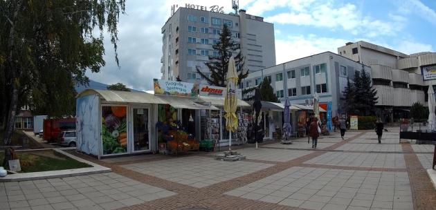 Търговци на преместваеми обекти към ОбС Дупница: Ще махнете ли и павилионите на Lafka?