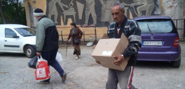 Близо 70 души получиха хранителни помощи от БЧК днес до обяд в Дупница
