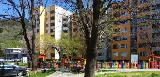 Продължават ремонтите на детските площадки в Дупница, косят тревните площи