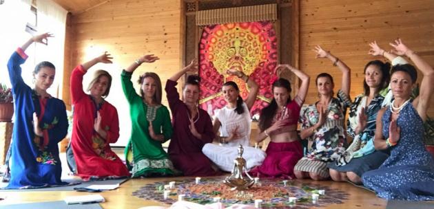 Йогини посрещат в Дупница  посланикът на Индия   Санджай  Рана