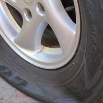 Срязаха гума на товарен автомобил в Дупница