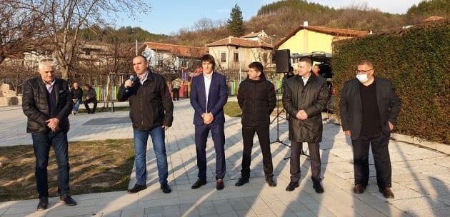(ВИДЕО) Д-р Александър Паризов и Даниел Александров от площада на Джерман: Направете така, че на 4 април всички да сме победители!