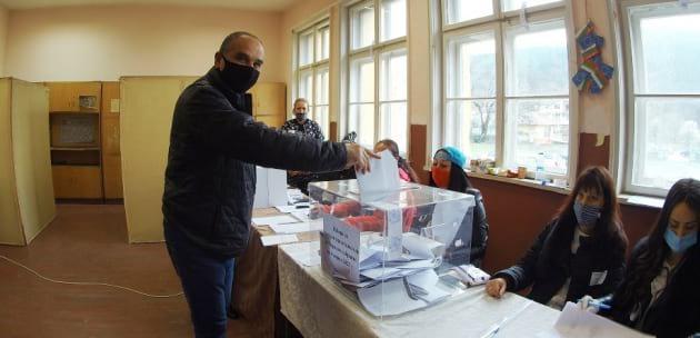 Д-р Александър Паризов гласува в Джерман с хартиена бюлетина (+ВИДЕО)