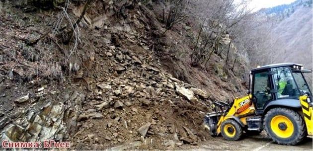 """Разчистват срутището на магистрала """"Струма"""", АПИ: Ще падат още камъни"""
