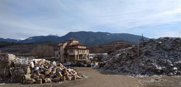 """Нови проверки във """"Феникс Дупница"""", заради боклуците под моста на магистралата"""