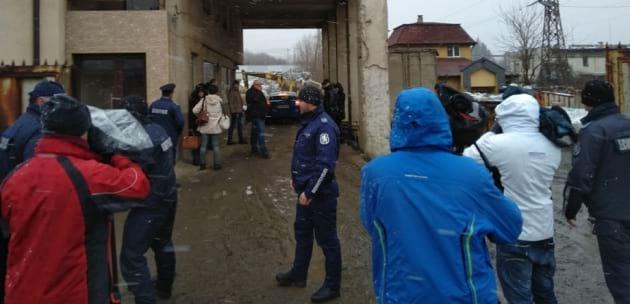 "8 патрулки пред ""Феникс Дупница"", полицаи прескочиха оградата за проверки"