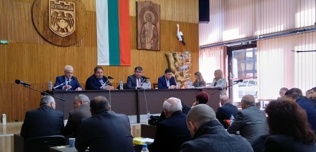 Аплодисменти в зала: ОбС-Дупница одобри увеличението на кметските заплати