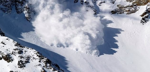 Остава висока лавинната опасност