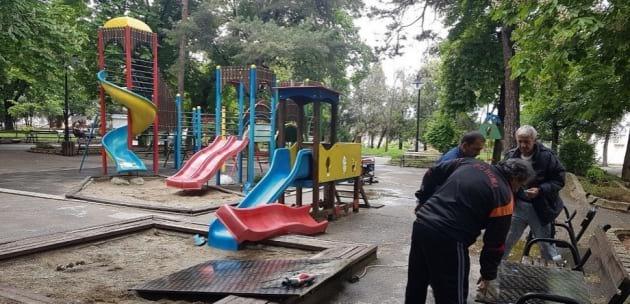 Ремонтират детската площадка в Градската градина в Дупница