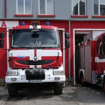 Пожарникари изведоха млада жена с две деца от запален дом в Кюстендил
