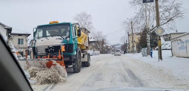 """Девет снегорина """"борят"""" снега на територията на Дупница"""