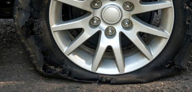 Срязаха 4 гуми и откраднаха табели на Ауди в Дупница