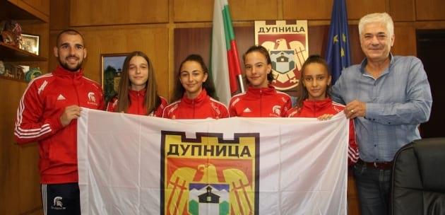 4 момичета от Гладиатор тръгват за Световно първенство със знамето на Дупница (+АУДИО)