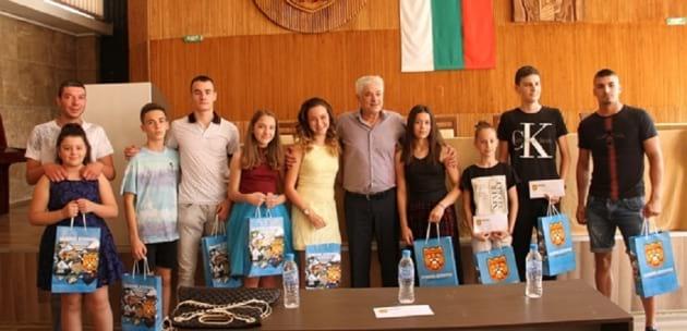 Наградиха първите деца-стипендианти в Дупница (+АУДИО)